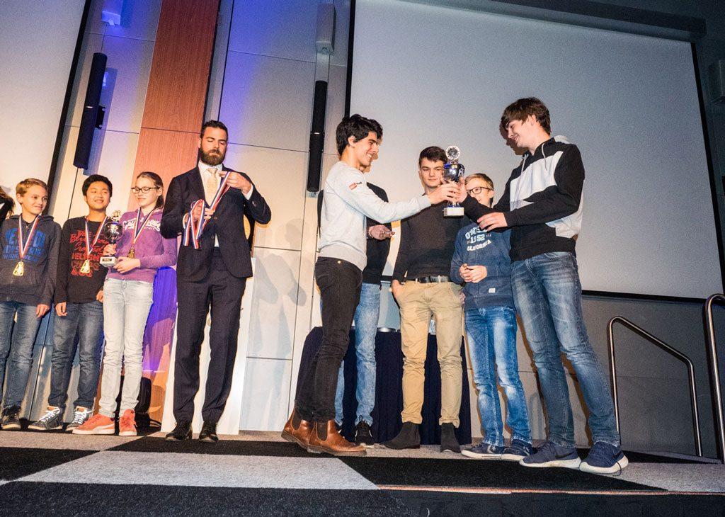 Aryan Tari og det nederlandske håpet Jorden van Foreest var premieutdelere for en barneturnering under åpningen fredag. Foto: Maria Emelianova/chess.com