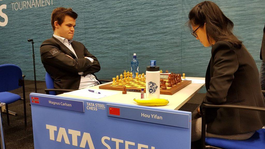 SEIER: Magnus Carlsen tok sin tredje strake seier mot Hou Yifan med hvite brikker. Alle er kommet i Wijk aan Zee. Foto: Tarjei J. Svensen