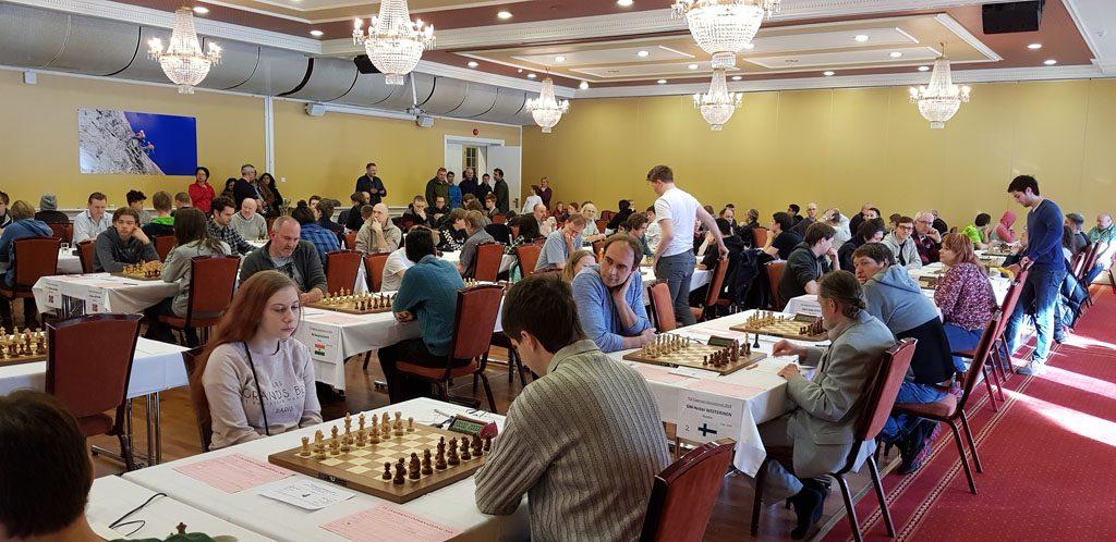 130 deltakere fordelt på tre grupper i TV 2 Fagernes Chess International 2018. Foto: Tarjei J. Svensen