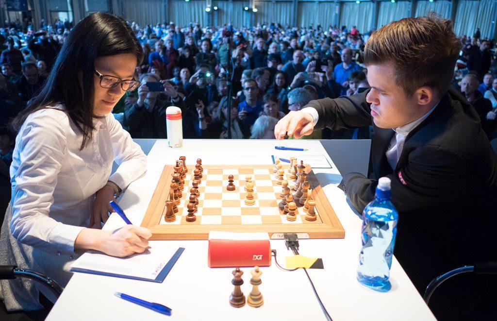 Magnus Carlsen i møtet med Hou Yifan i 2. runde i Grenke Chess Classic 2018. Foto: Eric van Reem