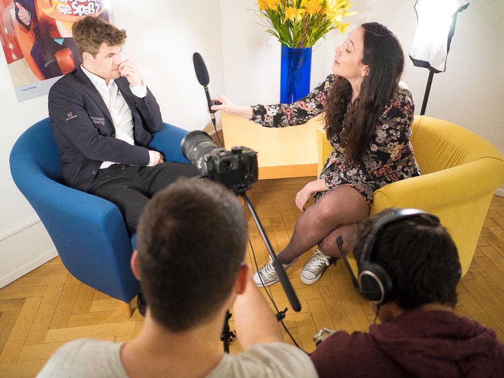 Magnus Carlsen intervjues av arrangørens Fiona Steil-Antoni i Baden-Baden. Foto: Eric van Reem