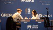 Magnus Carlsen tok sin sjette seier over Hou Yifan i 2. runde i Grenke Chess Classic. Foto: Eric van Reem