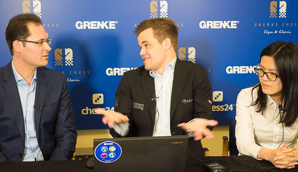 Magnus Carlsen forklarer til Peter Leko at han mener Hou Yifan kunne ha holdt remis i sluttspillet. Foto: Eric van Reem