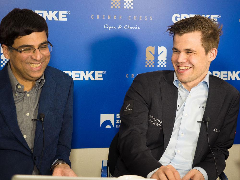 HUMØR: Magnus Carlsen og Viswanathan Anand lot ikke det noe skuffede resultatet ødelegge humøret. Foto: Eric van Reem