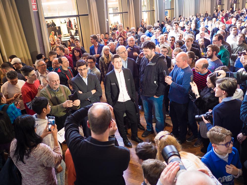 Hele 1600 deltakere stilte til start i den åpne turneringen som ble holdt i det samme lokalet. Foto: Eric van Reem