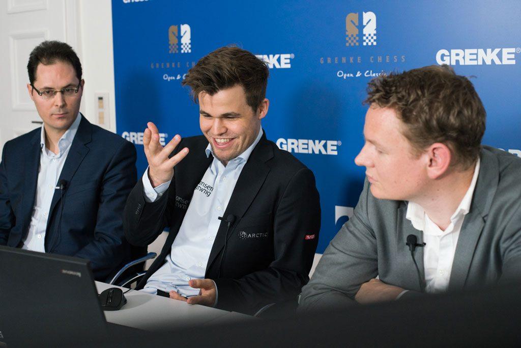 ANALYSE: Magnus Carlsen forklarer hvorfor han er misfornøyd i analysen med Peter Leko og Jan Gustafsson. Foto: Maria Emelianova