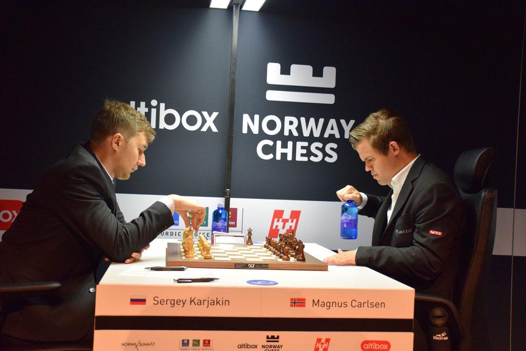 Karjakin med sin 15. strake remis mot Carlsen med hvite brikker. Foto: Tarjei J. Svensen
