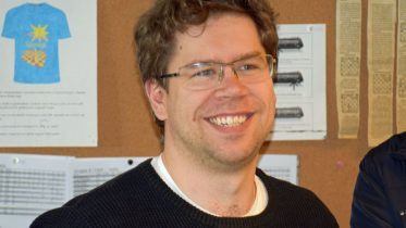 FORNØYD: Jon Ludvig Hammer seiret i Stjernen og vant 6500 kroner. Her fra Sjakklubben Stjernen i april. Foto: Tarjei J. Svensen