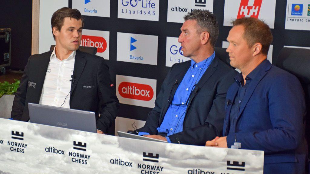 Magnus Carlsen i studio på den internasjonale sendingen med Simen Agdestein og Knut Skeie Solberg. Foto: Tarjei J. Svensen