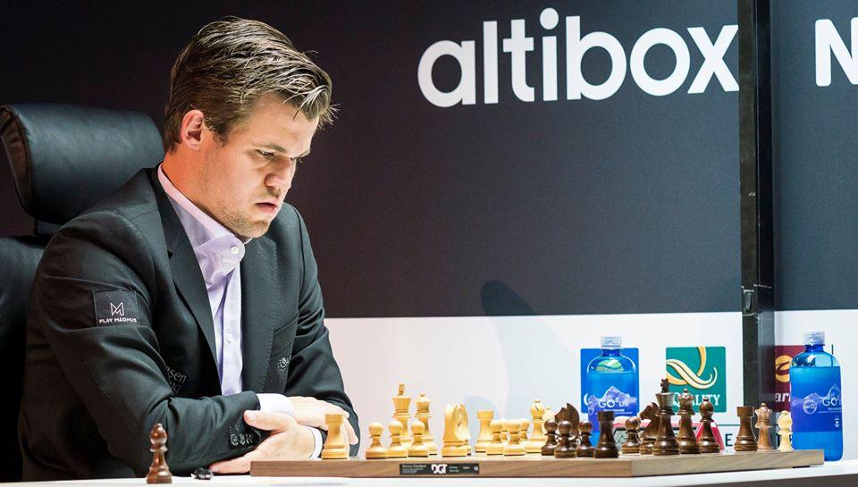 Magnus Carlsen under møtet med Fabiano Caruana i 1. runde. Foto: Lennart Ootes