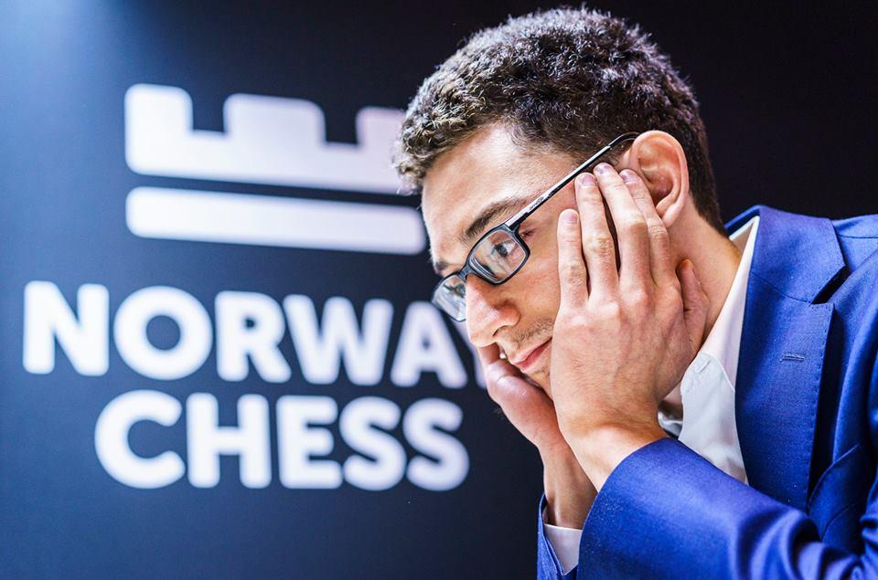 Fabiano Caruana fikk ikke den starten på Norway Chess han håpte på. For 10. gang i karrieren måtte han bite i det sure eplet mot Magnus Carlsen. Foto: Lennart Ootes