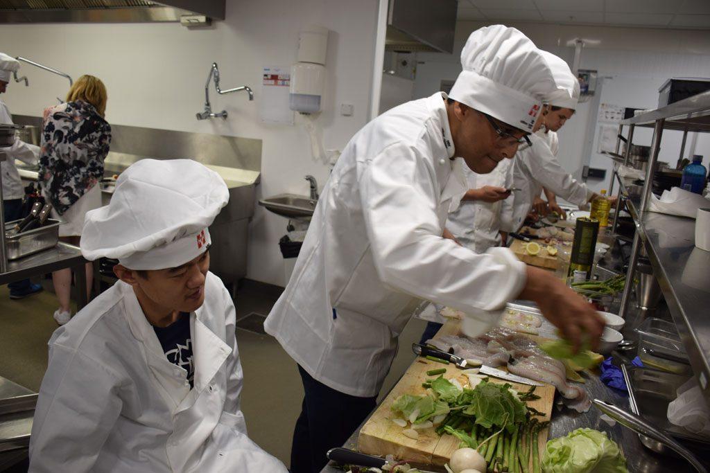 Ding Liren sto for grønnsakskuttingen, mens. Viswanathan Anand gjorde resten. Foto: Tarjei J. Svensen