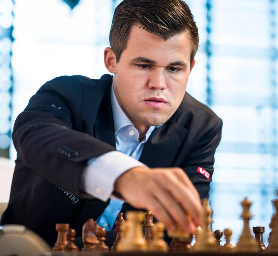 Magnus Carlsen må finne seg i å ligge et halvt poeng bak ledende Shakhriyar Mamedyarov med fire runder igjen. Foto: Lennart Ootes/Biel International Chess Festival