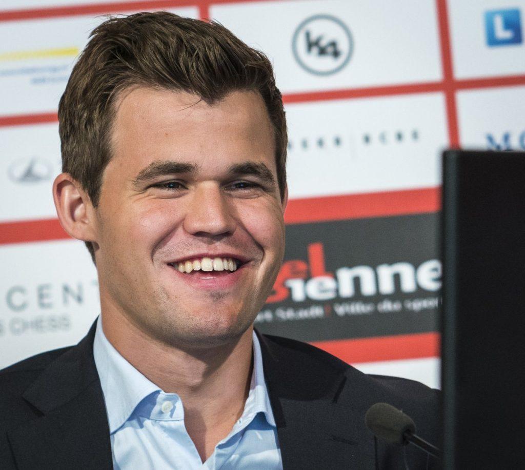 SEIER: Magnus Carlsen har god grunn til å smile etter seieren i 1. runde, men var ikke helt fornøyd. Foto: Lennart Ootes