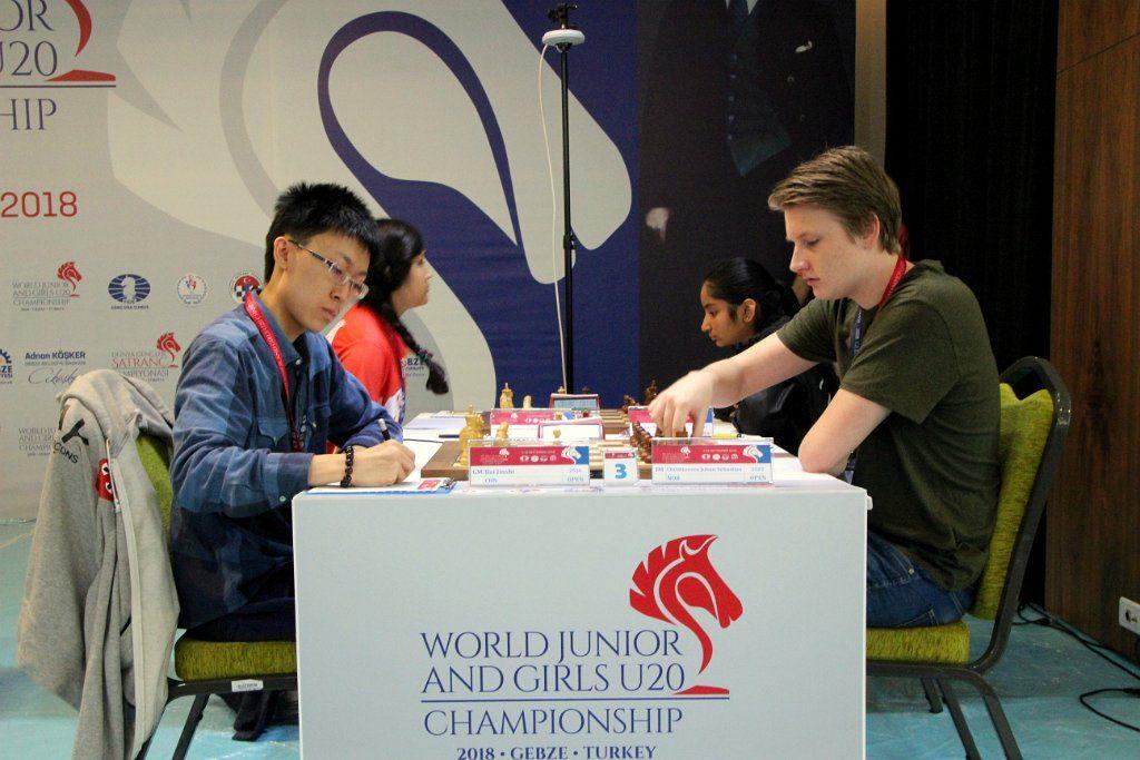 REMIS: Johan-Sebastian Christiansen i remispartiet mot kinesiske Bai Jinshi i 8. runde. Foto: http://wjcc2018.tsf.org.tr
