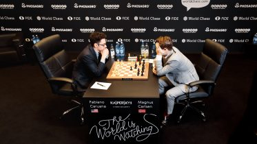 Fabiano Caruana fikk en stor fordel over Magnus Carlsen i det 8. partiet, men nok en gang endte det i poengdeling. Foto: World Chess