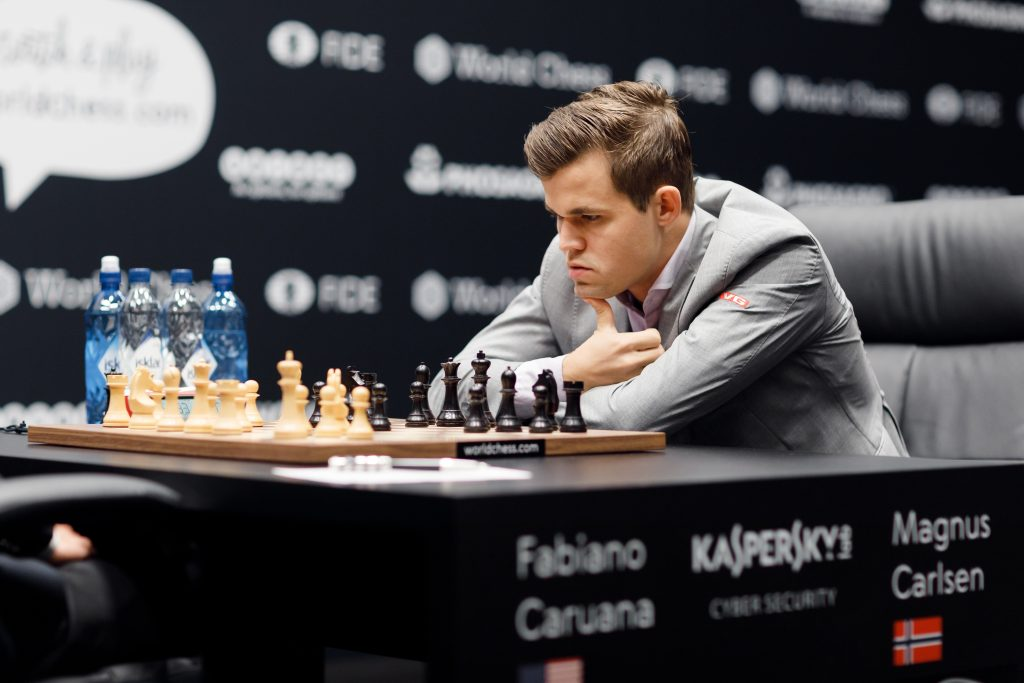 Fem strake remiser i London for Magnus Carlsen og Fabiano Caruana. Nå venter to hvite partier på rad. Foto: World Chess