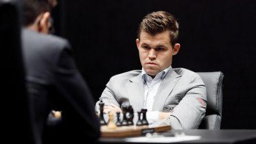 Magnus Carlsen i det tredje VM-partiet mot Fabiano Caruana i London. Foto: World Chess