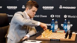 Magnus Carlsen, for første gang i grå dress, i dagens andre VM-parti mot Fabiano Caruana. Foto: World Chess