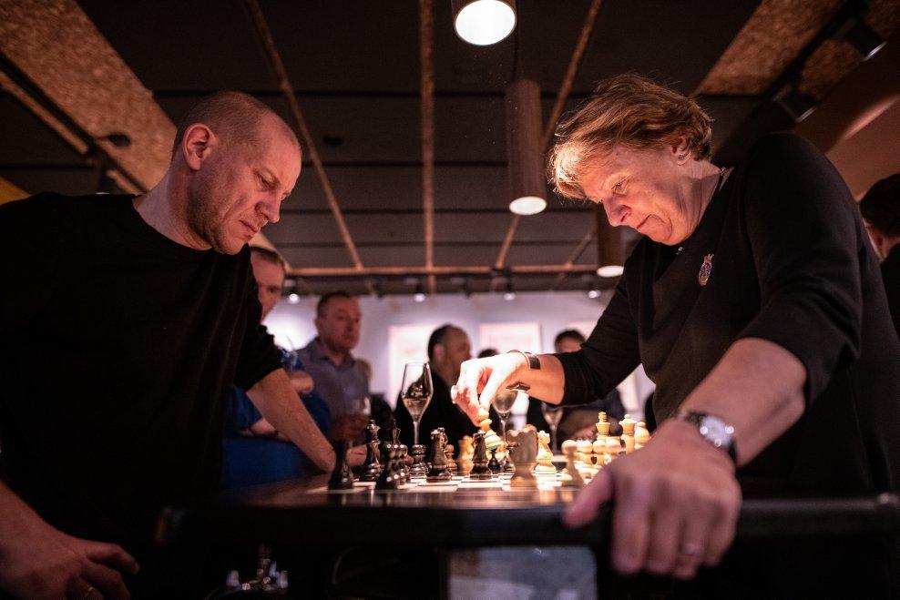 Henrik Elvestad vant over Oslos ordfører Marianne Borgen i det første offisielle sjakkpartiet på The Good Knight. Foto: David Llada