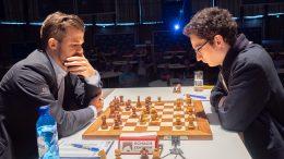 Fabiano Caruana og Magnus Carlsen møttes for 46. gang i klassisk sjakk. De 14 siste partiene har nå endt med remis. Foto: Eric van Reem / Grenke Chess Classic