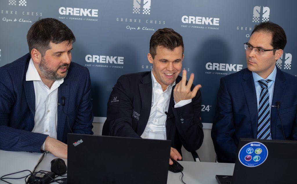Magnus Carlsen sammen med motstander Peter Svidler og kommentator Peter Leko i studio. Foto: Eric van Reem