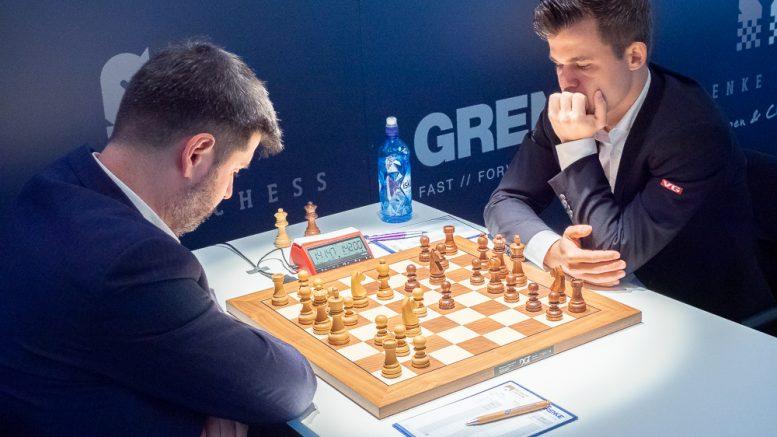 Magnus Carlsen møtte Peter Svidler i 8. runde i Grenke Chess Classic 2019. Foto: Eric van Reem