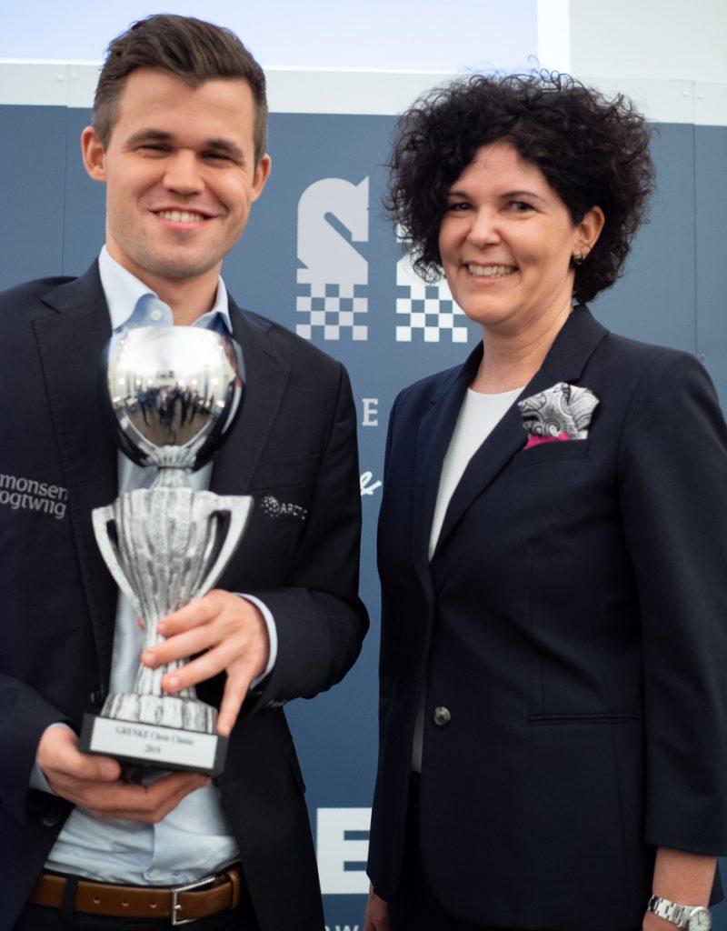 Magnus Carlsen med trofeet fra Grenke Chess Classic sammen med CEO i Grenke,, Antje Leminsky. Foto: Eric van Reem