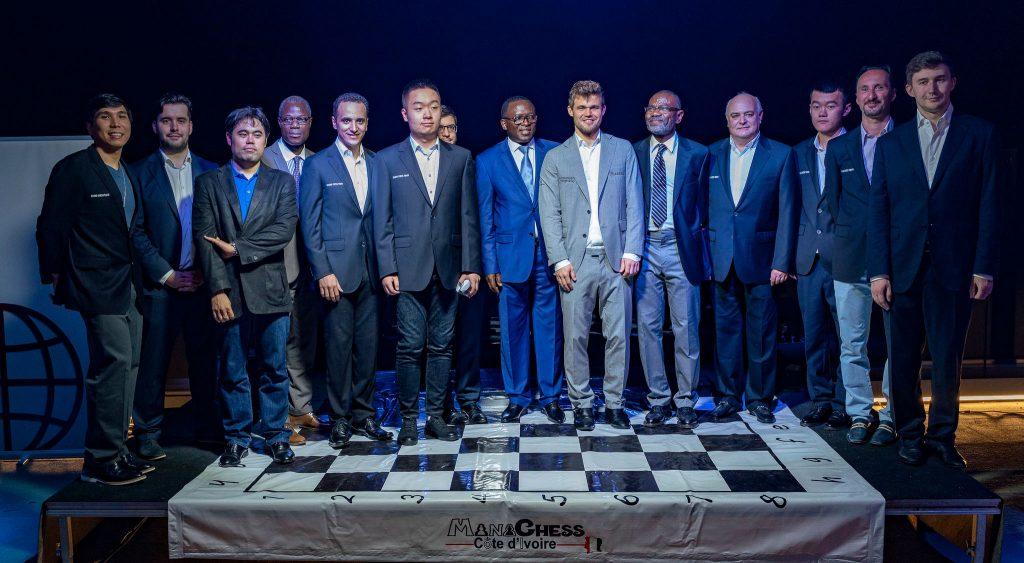 Alle deltakerne samlet på gårsdagens åpning av Abidjan Grand Chess Tour. Foto: Lennart Ootes/Grand Chess Tour