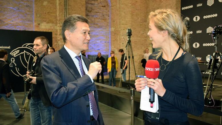FIDE-president Kirsan Ilyumzhinov med VGs Nora Thorp Bjørnstad. Foto: Yerazik Khachatourian