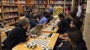 Bae holder undervisning. Foto: Sjakk for flyktninger