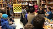 Oslo-ordfører Marianne Borgen besøkte Bøler bibliotek. Foto: Sjakk for flyktninger