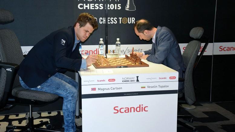 Carlsen før det skjebnesvangre partiet mot Topalov i 1. runde i fjor. Foto: Tarjei J. Svensen
