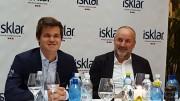 Carlsen med sin manager Espen Agdestein. Foto: Tarjei J. Svensen