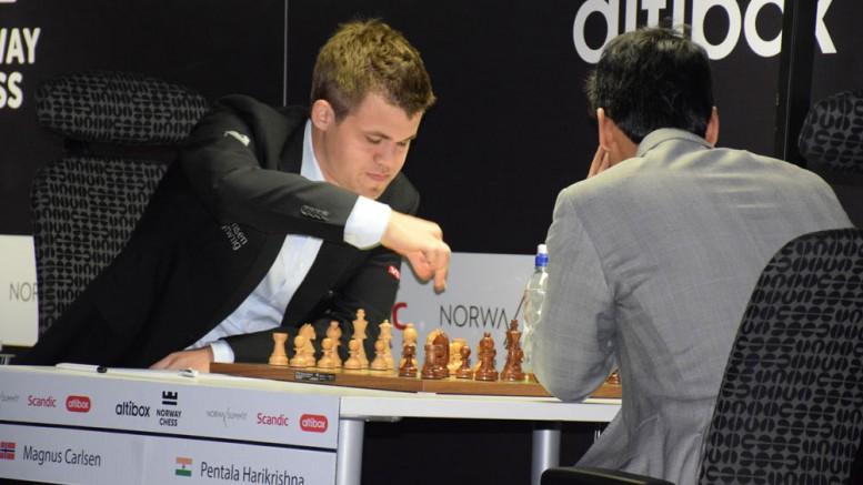 Magnus Carlsen i 1. runde mot Pentala Harikrishna i Norway Chess. Foto: Tarjei J. Svensen