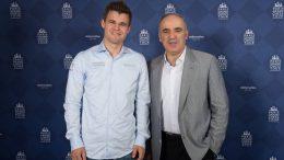 Garry Kasparov med sin tidligere elev. Foto: Spectrum Studios/Grand Chess Tour