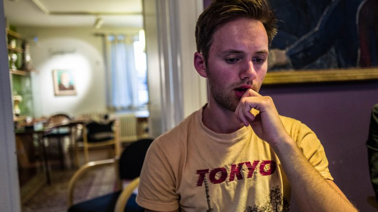 Nicolai Getz viste frem EM-partier under Oslo Schakselskaps sommerfest i forrige uke. Foto: Rolf Haug (www.haugsbilsalg.no)