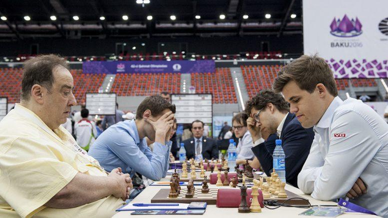 Norge tok sin fjerde seier i Sjakk-OL og har åtte poeng før hviledagen. Her er Magnus Carlsen mot Luc Winants på 1. bord. Foto: David Llada/Baku Chess Olympiad