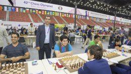Det unge iranske laget, med den turneringsleder og FIDE-topp Mehrdad Pahlevanzadeh. Foto: Maria Emelianova