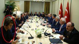 Verdensmesteren fikk sjansen til å følge samtalene mellom Tyrkias FN-delegasjon og amerikanske investorer. Foto: Andalou Agency