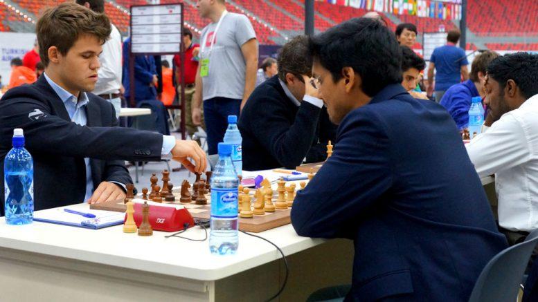 Norge avsluttet OL med en sterk uavgjort mot India. Her Magnus Carlsen mot Pentaela Harikrishna. Foto: Paul Truong