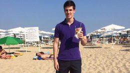 Johan kunne feire prestasjonen med en is på stranda. Foto: Privat