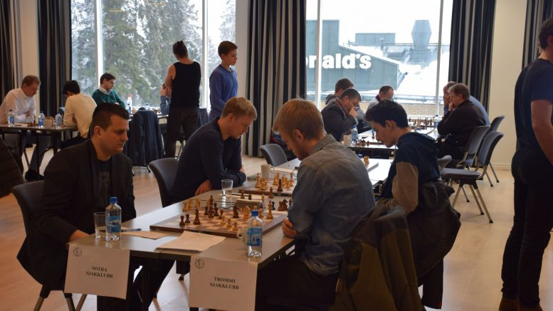 Tromsø Sjakklubb mot Sotra i 8. runde sist sesong. Foto: Tarjei J. Svensen