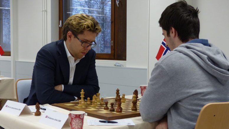 Knusende seier av Jon Ludvig Hammer over Johan Salomon. Foto: Toivo Pudas