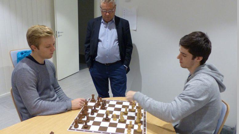 Johan Salomon analyserer med danske Bjørn Møller-Ochsner. Foto: Toivo Pudas