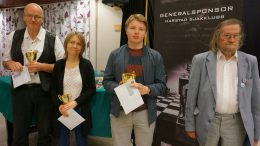 Kristian Stuvik Holm foran Kalle Kiik og Pia Cramling. Heikki Westerinen til høyre. Foto: Anniken Vestby/SjakkTromsø