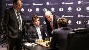 Skuespiller Woody Harrelson gjorde første trekk for Magnus Carlsen i VM-åpningen mot Sergey Karjakin. Foto: World Chess