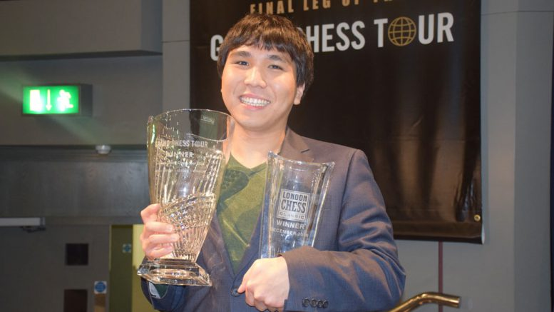 Wesley So med de to troiféene: Grand Chess Tour og London Chess Classic. Foto: Yerazik Khachatourian
