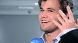 Magnus Carlsen fornøyd med status etter første dag av VM i lynsjakk. Foto: Yerazik Khachatourian