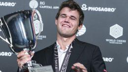 Kanskje kan Magnus Carlsen løfte VM-pokalen i 2018 i Oslo? Foto: Maria Emelianova